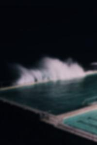 الناس العراة على الشاطئ